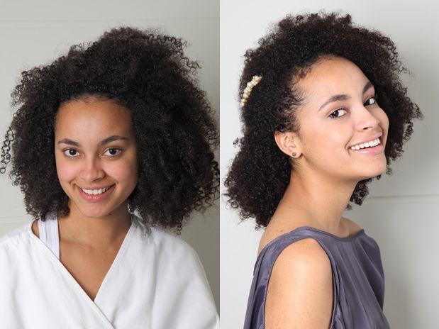 Dome o volume com cachos e presilha no cabelo afro