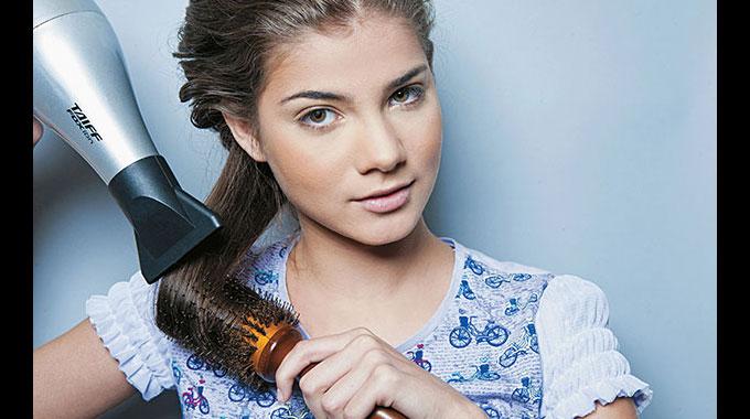7 erros que deixam o seu cabelo mais oleoso e como fugir deles
